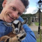barry atsma selfie met geitje wiesje bij buitengoed de gaard leudal vierseizoenenhuisje pipowagendeluxe - kopie