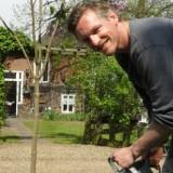 barry atsma watert zijn 'rett meisjes hebben een streepje voor bij barry atsma' seringenboom geplant bij buitengoed de gaard limburg