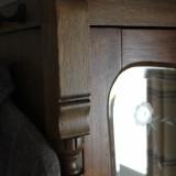 detail kledingkast uit voormalige zigeunerwagen nu in slaapkamer mammaloewagen buitengoed de gaard