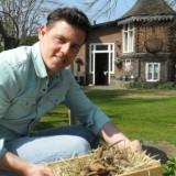 mike weerts plant paarse dahlia's voor zijn dochter joes bij het vierseizoenenhuisje buitengoed  de gaard april 2015