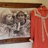 origineel mammaloe nachthemd geschonken door marijke-mammaloe -bakker hangt in mammaloewagen buitengoed de gaard