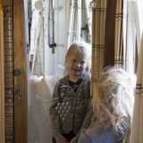 originele kast uit antieke zigeunerwagen in mammaloewagen vakantiehuis op wielen limburg buitengoed de gaard foto belinda keulen