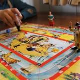 ouderwets bordspel spelen tijdens verblijf in de mammaloewagen