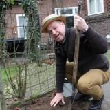 tony neef plant rett sonnebloemen bij buitengoed de gaard