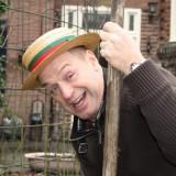tony neef draagt originele hoed van wim sonneveld tijdens plant van de sonnebloemen buitengoed de gaard