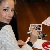 suzan suus seegers signeert cd's voor gasten buitengoed de gaard