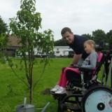 mike weerts en rett meisje lisa planten een perenboom voor de nrsv bij buitengoed de gaard