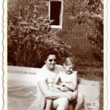 huidig gastvrouw-eigenaar anja versteeg-peters op schoot bij moeder annie. zwembad net klaar 1971 bij vakantiehuisje buitengoed de gaard