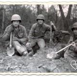 amerikaanse soldaten graven schuttersputten in leudal foto uit boek verdraagtj uch-archief national archives liberation route arrangement buitengoed de gaard
