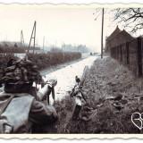 brits soldaat bewaakt in horn de rijksweg richting roermond foto uit boek verdraagtj uch-archief imperial war museum liberation route arr. buitengoed de gaard